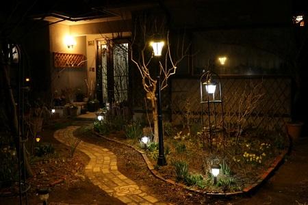 庭とガーデンライト
