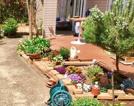 ウッドデッキがある庭
