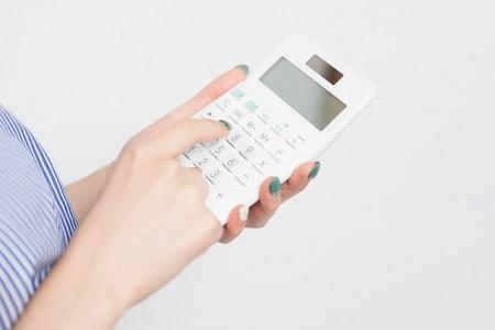 電卓を打つ女性