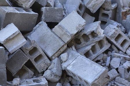壊れたブロック塀