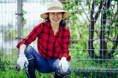 草刈りする女性