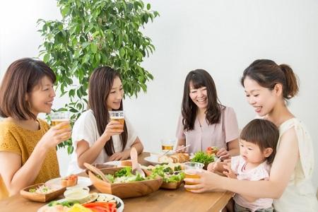 テーブルでママ友と食事会をする