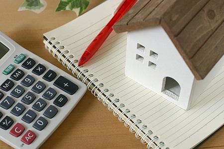 電卓と家とノートとペン