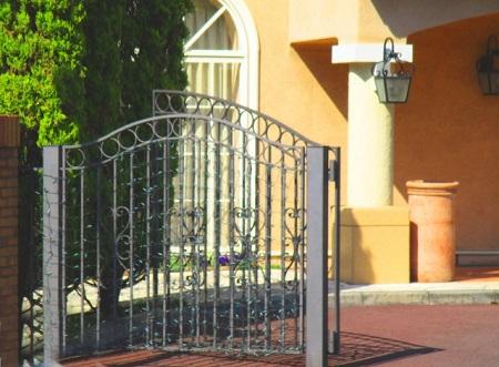 【まとめ】フェンス門扉を上手に活用してスッキリ目隠ししよう