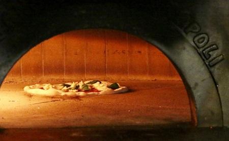ピザ窯のなかにあるピザ