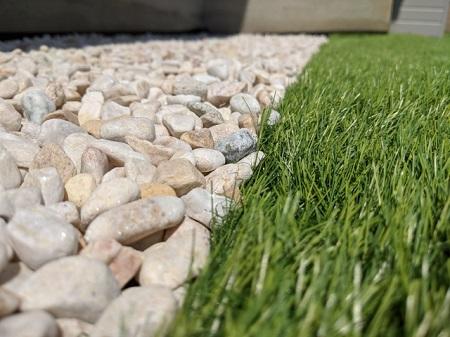 砂利と芝生