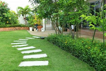 人工芝生をひいた庭