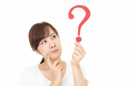 クエスチョンマークを持って疑問を持つ女性