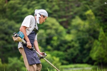 草刈り機を持つ男性
