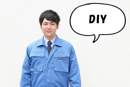 DIYと話す作業服の男性
